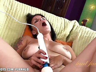 Veronica Green uses a Hitachi to get a wet orgasm